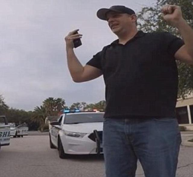 Người đàn ông 38 tuổi giả vờ sợ hãi khi ra khỏi xe