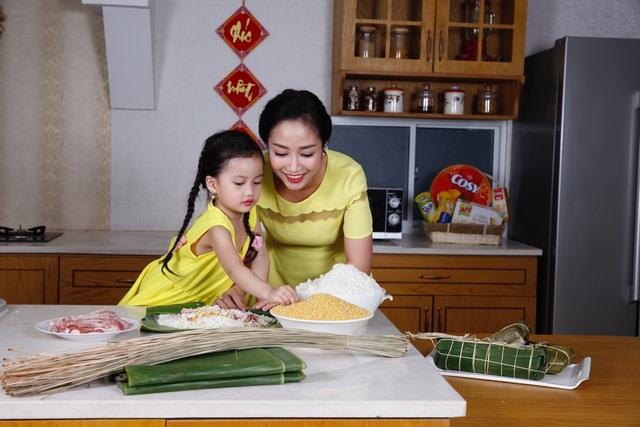 Bàn tay khéo léo của người phụ nữ sẽ khiến bữa cơm ngày Tết được tròn vị yêu thương