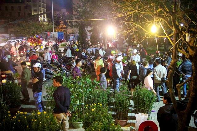 Chợ hoa tại Nhà Văn hóa Thông tin tỉnh đến hơn 19h tối giao thừa năm Bính Thân vẫn đông kín người mua hoa (ảnh: Nụ - Nga)