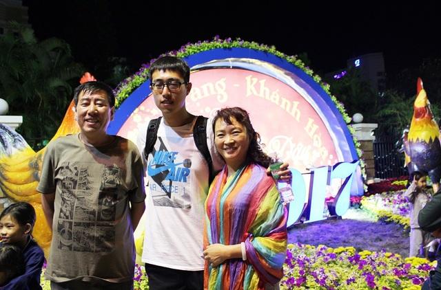 Một gia đình người Trung Quốc háo hức chụp hình kỷ niệm trong đêm giao thừa ở Nha Trang- Ảnh: Viết Hảo