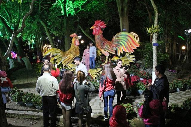 Tại công viên đường Lê Lợi nơi có những chú gà khổng lồ thu hút rất nhiều người đến đây xem và chụp ảnh