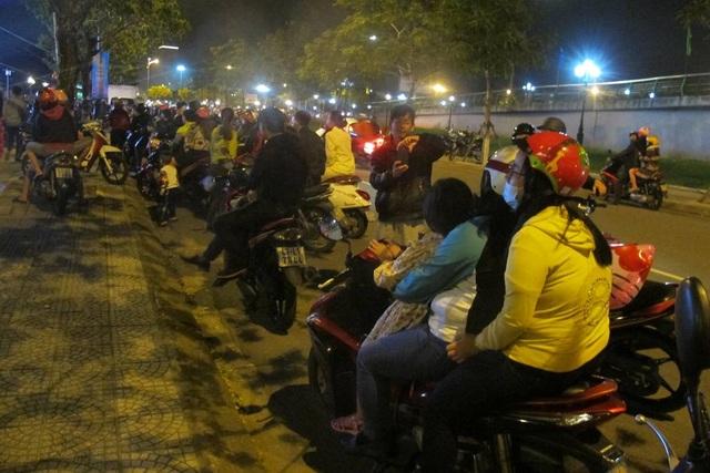 Nhiều người đứng dọc đường để xem chương trình nghệ thuật đêm giao thừa