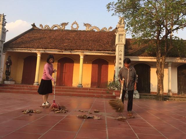 Bà Thảo và chị Hòa thường xuyên giúp đỡ nhà chùa. Ảnh trong bài: VÕTHU