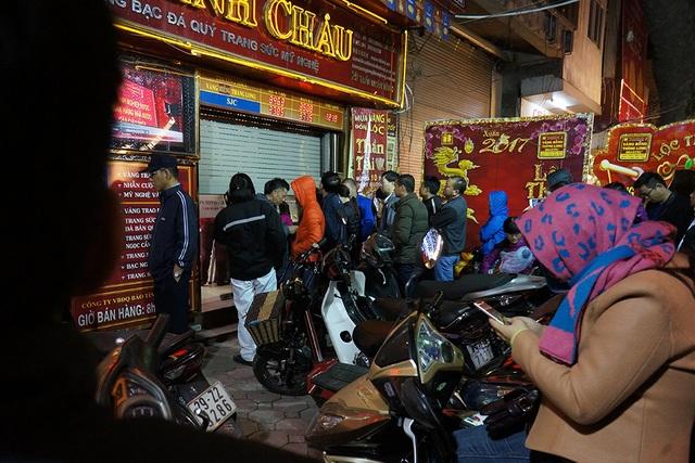 Cũng từ tờ mờ sáng, đã có nhiều người dân đến cửa hàng đợi để mua vàng.