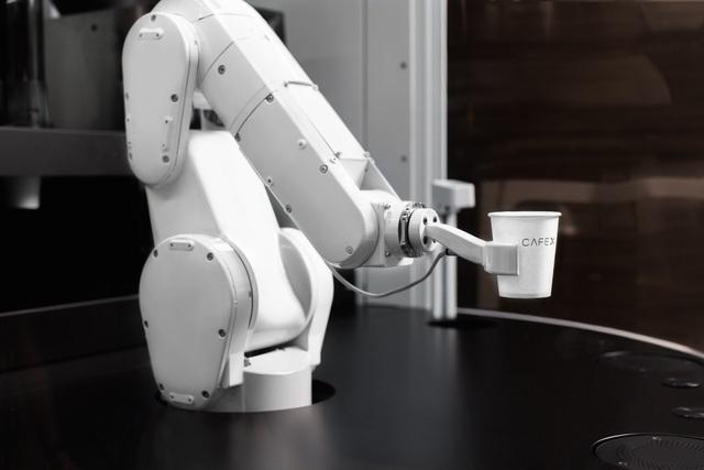 """""""Nhân viên phục vụ"""" duy nhất của Cafe X là cánh tay robot này"""