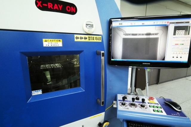Những tác động dù là nhỏ nhất đều được kiểm tra cặn kẽ, từ việc quan sát bằng mắt thường cho đến tiến hành chụp X-quang để xác định những bất thường có thể ẩn chứa bên trong.