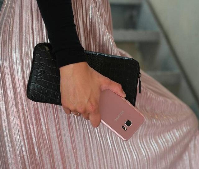 Với vẻ đẹp cong tràn hai cạnh cùng thiết kế kính – kim loại hòa quyện, không tì vết, Galaxy S7 edge dễ dạng tạo cho bản thân sức hút và sự nổi bật trong mỗi lần nó xuất hiện. Cùng với bộ cánh thời trang, Galaxy S7 edge trên tay của phái đẹp hiện ra như một món phụ kiện – trang sức gợi cảm và đa năng.