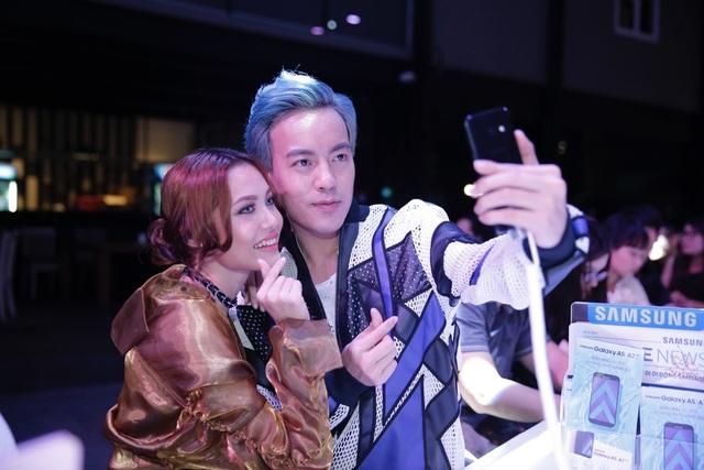 Là những người hoạt động chuyên nghiệp trong lĩnh vực thời trang, cả Fung La và stylist Mạch Huy đều vô cùng ấn tượng với thiết kế kim loại và kính thời thượng cùng các màu sắc đón đầu xu hướng như Đen Thiên Thạch, Vàng Thạch Anh và Hồng Anh Đào trên Galaxy A 2017.