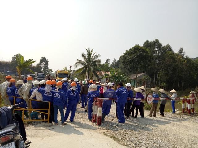 Công ty xi măng tự ý cấm đường, hàng trăm người bao vây phản đối - 4