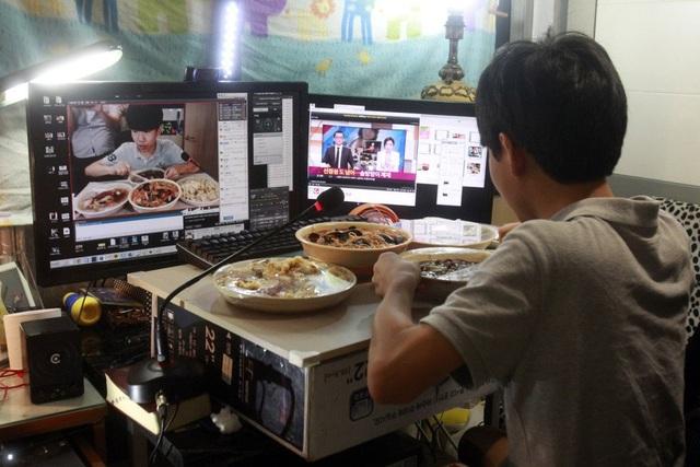 Khoảng 60% của 8 triệu người theo dõi clip mỗi tháng là giới trẻ dưới 30 tuổi. Điều đó có nghĩa là 40% dân số Hàn Quốc ở độ tuổi 10-30 (12,5 triệu người) xem mukbang ít nhất 1 lần 1 tháng.