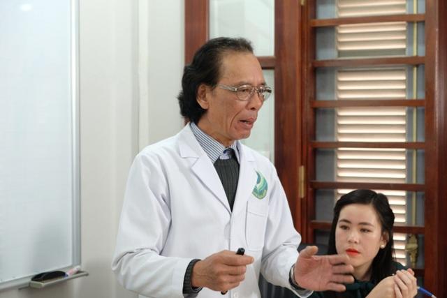 PGS Phùng Hoà Bình say sưa chia sẻ với bệnh nhân về cách điều trị bệnh