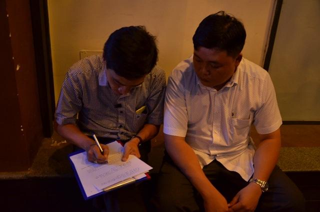 Đại diện phường Cô Giang và quận ký biên bản bàn giao.