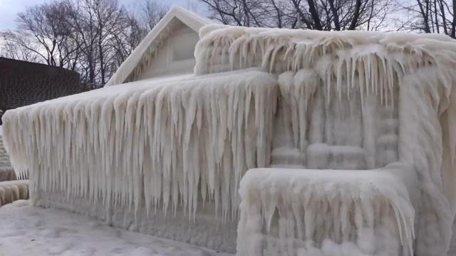 Ngôi nhà bị băng tuyết phủ kín ở Mỹ
