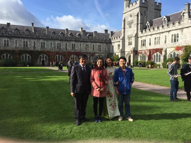 Bạn Đào Việt Dũng (ngoài cùng bên phải) hiện đang học Thạc sĩ chuyên ngành Quản lý Tài sản thuộc ngành Tài chính tại Trường Đại học Cork (UCC) với học bổng 20%