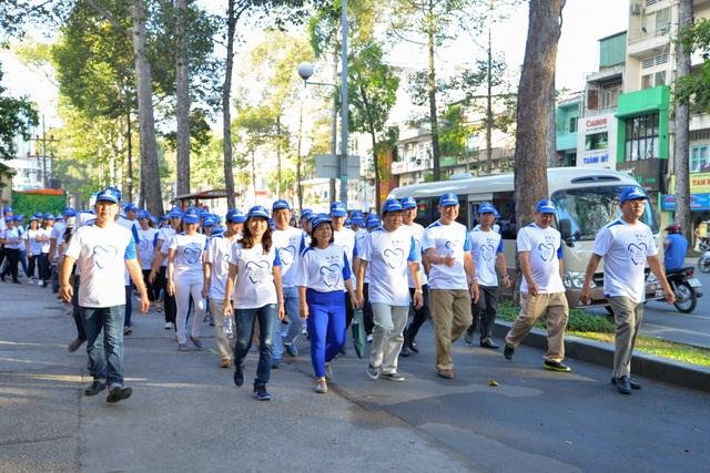 Người dân hưởng ứng chương trình đi bộ chào mừng Ngày sức khỏe răng miệng thế giới