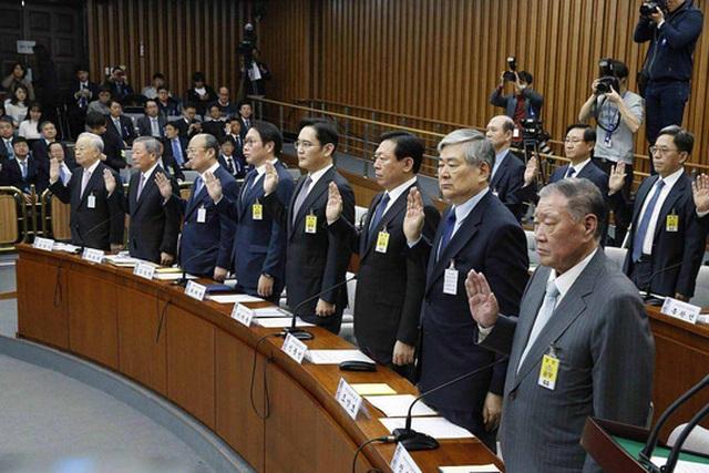 Lãnh đạo 8 chaebol ra điều trần trước Quốc hội ngày 6-12-2016. Ảnh: EPA