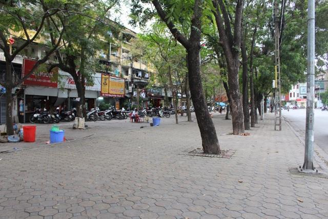 Một con phố tại quận Đống Đa, Hà Nội có vỉa hè và sân hè rất rộng đều bị dọn dẹp bởi chiến dịch vỉa hè.