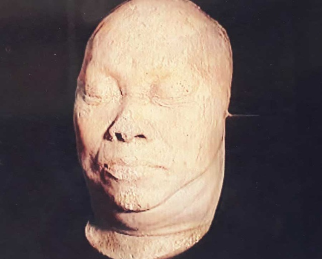 Mặt nạ bằng thạch cao của ông Bạch Thái Bưởi. Ảnh: Gia đình cung cấp