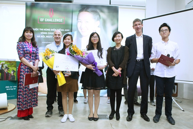 2 nữ sinh xuất sắc nhất giành giải của cuộc thi