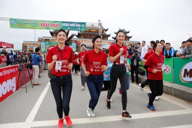 Hoa hậu Ngọc Hân và Á hậu Thanh Tú xinh đẹp trên đường đua Việt dã - 2