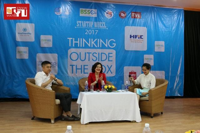 2 diễn giả của chương trình : Chị Trương Lý Hoàng Phi (áo đỏ) và anh Trịnh Minh Giang.