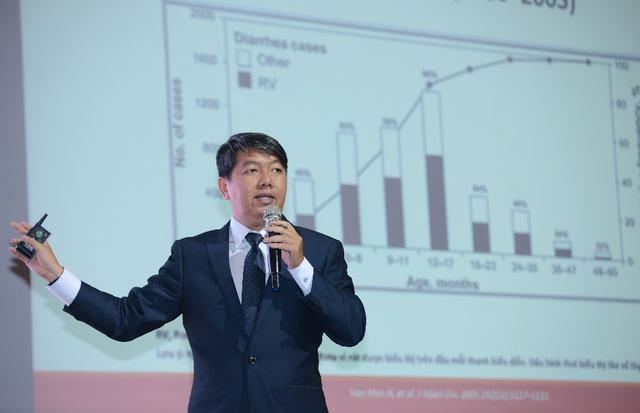 PGS.TS Nguyễn Anh Tuấn phân tích những số liệu cho thấy trẻ dễ bị nhiễm vi rút Rota ở giai đoạn từ 12 - 17 tháng tuổi