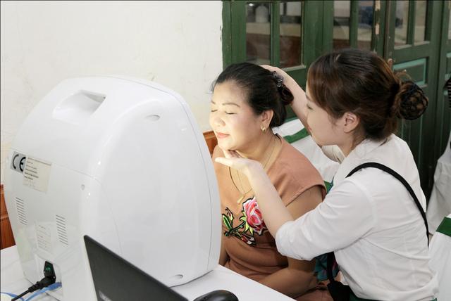 Chuyên viên Thu Cúc thực hiện soi da và phân tích kết quả giúp chị em hiểu rõ những vấn để thẩm mỹ làn da của mình đang gặp phải