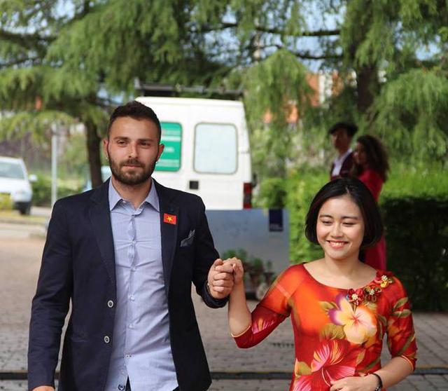 Các chàng trai ngoại quốc sánh vai cùng thiếu nữ Việt.