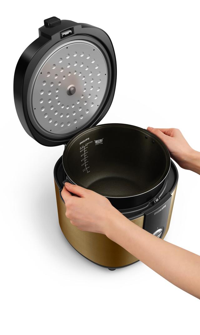 Ngoài ra, nồi cơm Philips còn có tay cầm chống nóng, giúp thao tác tiện lợi không cần dùng đến găng tay.