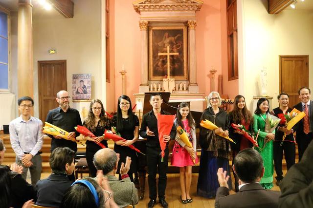 Tham tán Đại sứ quán và các nghệ sĩ biểu diễn trong buổi hòa nhạc.