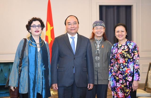 Thủ tướng Nguyễn Xuân Phúc tiếp vợ chồng ông Ngô Thanh Nhàn, bà Merle Ratner. Ảnh: VGP/Quang Hiếu