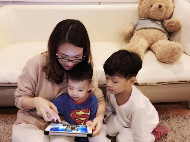 Những lúc chồng đi công tác, Đan Lê cùng hai con thường xem phim thiếu nhi trên ipad có cài ứng dụng myK+