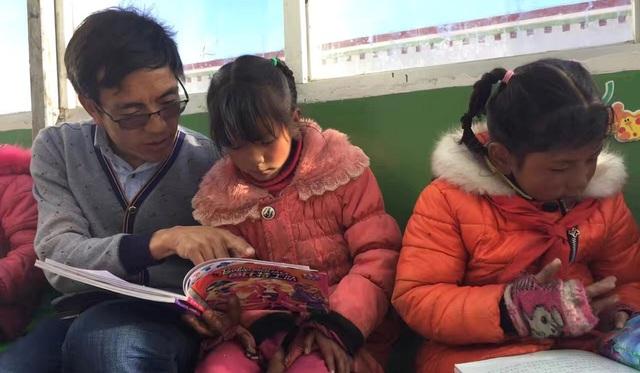 Thầy giáo Ciren dạy học sinh của mình