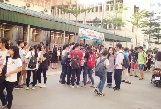 Nhiều nhóm thí sinh nán lại trao đổi đề sau khi rời phòng thi môn chuyên Anh.