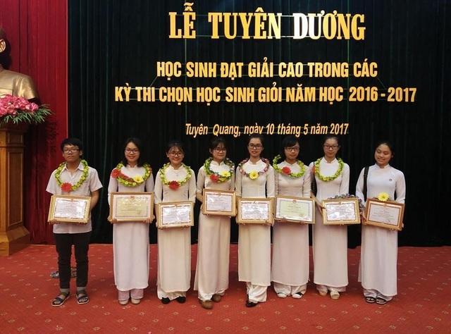 Kim Tuyên cùng các bạn trong đội tuyển học sinh giỏi.