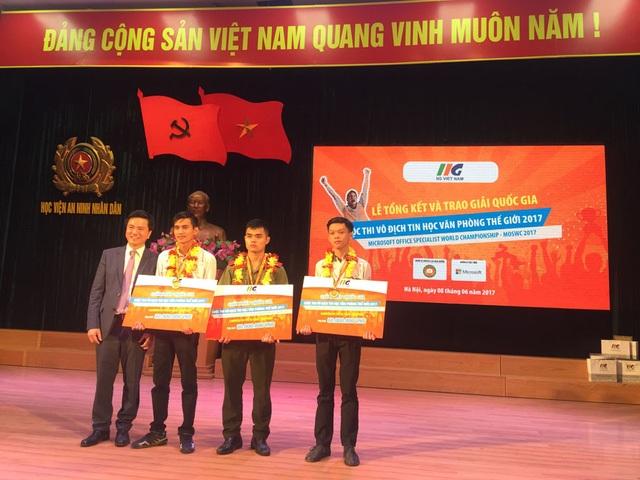 Ông Đoàn Hồng Nam cùng 3 nhà vô địch Tin học văn phòng 2017 sẽ lên đường sang Mỹ dự cuộc thi Nhà vô địch tin học văn phòng Thế giới vào tháng 7 này