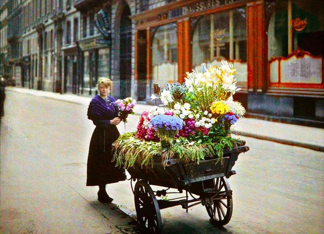 Thiếu nữ bên hàng hoa ven đường ở Paris, chụp năm 1914.