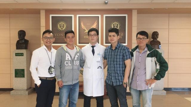 Sinh viên Y Tân Tạo trong khuôn viên bệnh viện Wonju, đại học Yonsei.