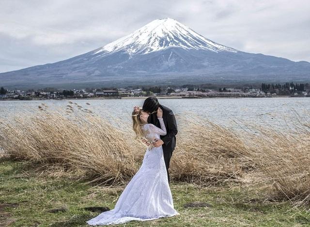 Tiếp tục khóa môi trước núi Phú Sĩ ở Nhật Bản