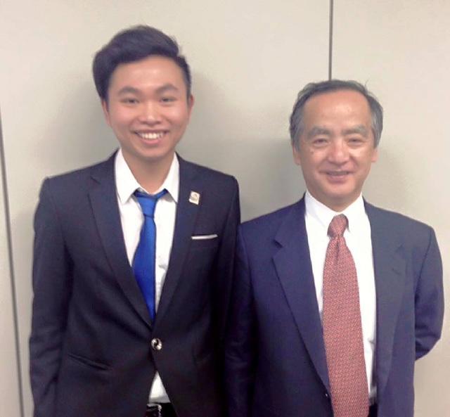 Lê Quang Hiệu chụp ảnh lưu niệm với đại diện của ITPEC Nhật Bản.
