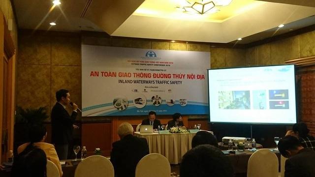 TS Khương giới thiệu về hệ thống LAWA-UTT trong hội nghị An toàn Giao thông quốc gia năm 2016.
