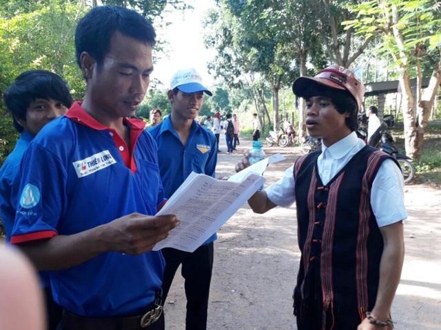 Thí sinh trao đổi bài thi với các tình nguyện viên (Ảnh: CTV Bùi Hương)