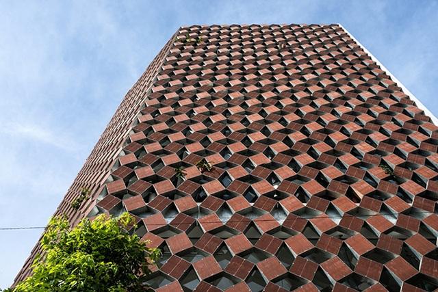"""Tọa lạc tại thị trấn Đông Anh, cách Hà Nội 15km, ngôi nhà này được mệnh danh là """"nhà biết thở"""", được tạp chí kiến trúc hàng đầu thế giới ArchDaily đăng tải và dành nhiều lời khen ngợi."""