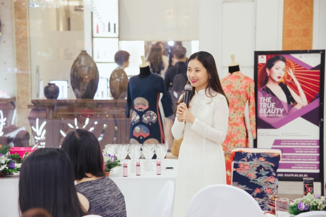 Chị Lê Thu Hiền trò chuyện cùng khách mời