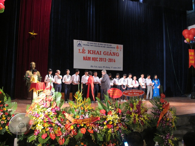Tuấn Hoàng là thủ khoa khối THCS cùng 10 thủ khoa khối THPT được ngài Đại sứ Mỹ tại Việt Nam trao học bổng trong lễ khai giảng năm học 2013-2014