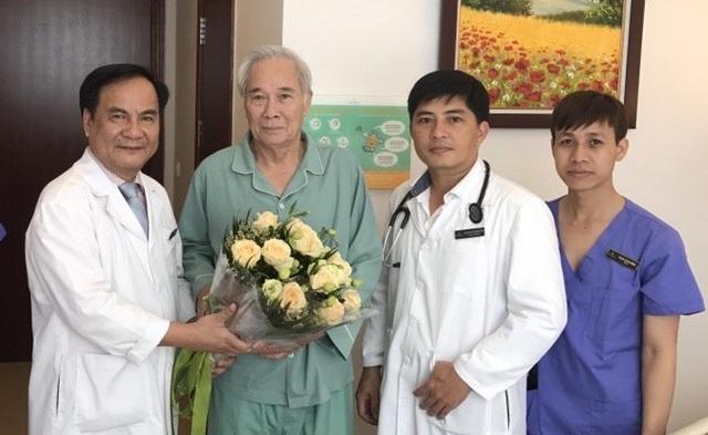GS Bùi Đức Phú (ngoài cùng bên trái) – Giám đốc Bệnh viện ĐKQT Vinmec Times City tặng hoa cho ông Ngự trong ngày ra viện