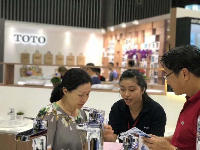 Khách hàng tìm hiểu sản phẩm sen vòi thế hệ mới của TOTO Việt Nam