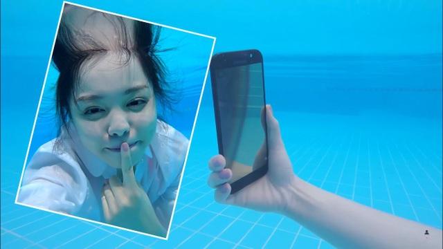 Trinh Phạm dễ dàng chinh phục trào lưu selfie dưới nước với sự trợ giúp của Galaxy A 2017