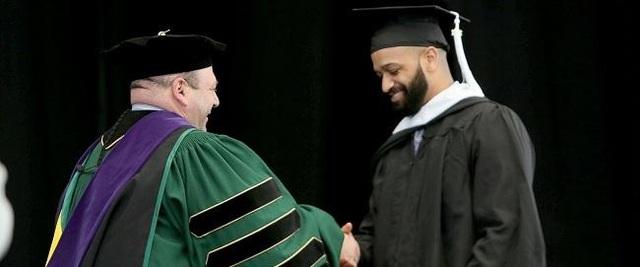 Jesse Sparks hạnh phúc trong ngày tốt nghiệp với tấm bằng thạc sỹ.