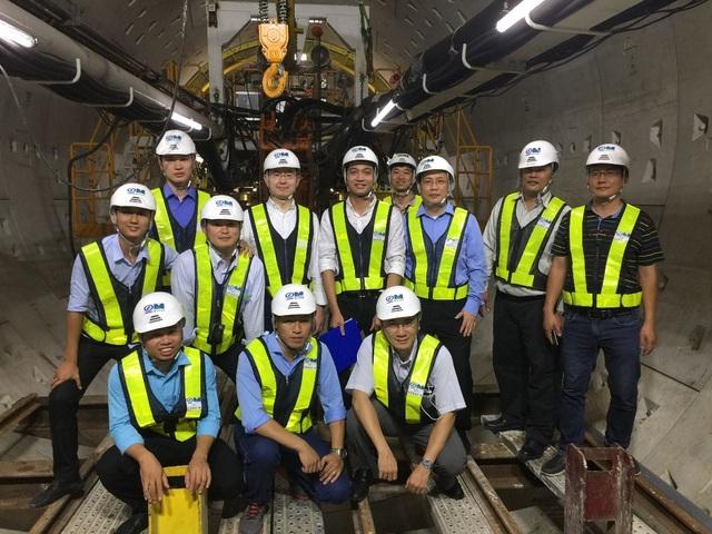 Thầy và trò Chương trình Kỹ thuật hạ tầng, Trường ĐH Việt Nhật tại hầm Metro, bên máy khoan đào TBM đang thi công đường hầm Metro (Metro Bến Thành - Suối Tiên, TP Hồ Chí Minh)